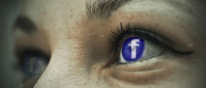 Facebook dans le regard d'une personne