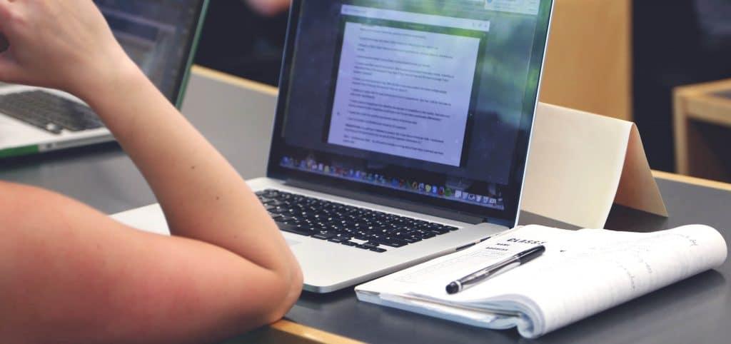 Une élève suivant une formation en ligne sur un ordinateur