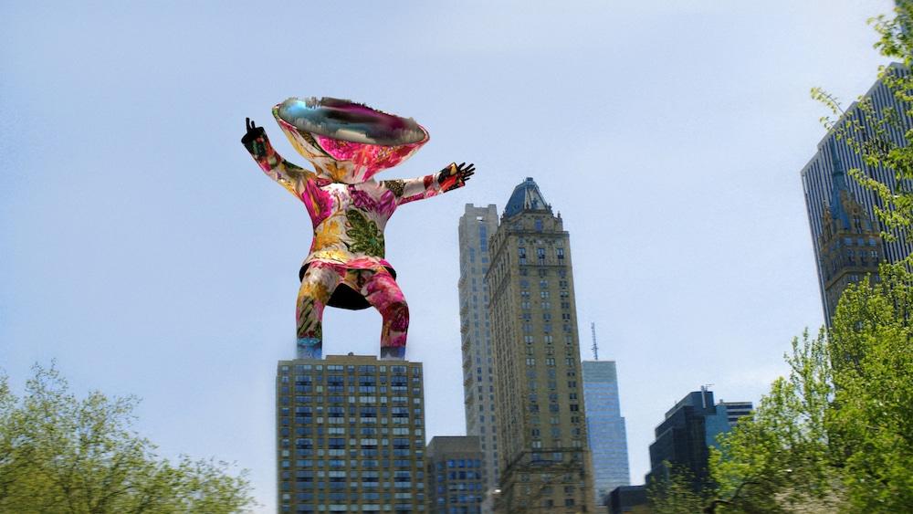 Personnage artistique en réalité augmentée au dessus d'un immeuble new-yorkais